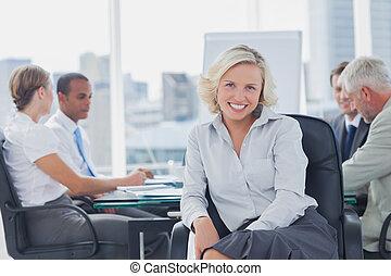 Una mujer de negocios atractiva posando en la sala de juntas
