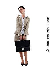 Una mujer de negocios con maletín