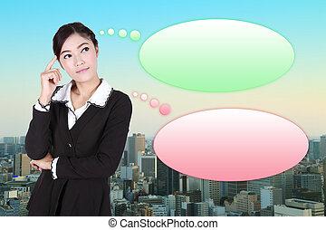 Una mujer de negocios con muchas ideas en una burbuja vacía con la ciudad