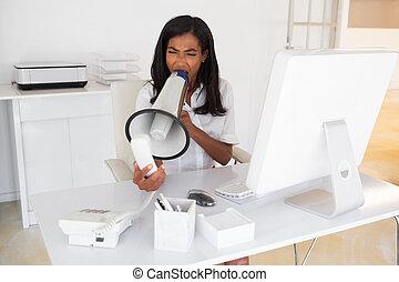 Una mujer de negocios enfadada gritando por teléfono