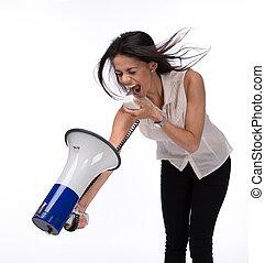 Una mujer de negocios gritándose con un megáfono