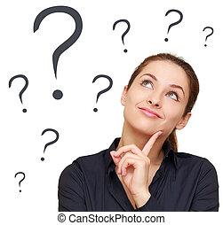 Una mujer de negocios que busca muchas preguntas aisladas en antecedentes blancos