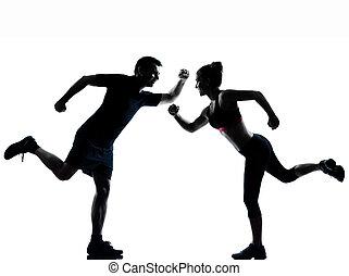 Una mujer de un par de hombres haciendo ejercicio