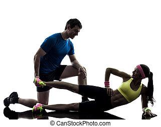 Una mujer ejerciendo ejercicio físico con el entrenador de hombres silueta