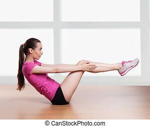 Una mujer ejercitando muletas con brazos de ejercicio detrás de la cabeza