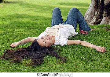 Una mujer en la hierba