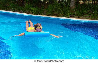 Una mujer en la piscina de Caribbean.
