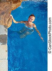 Una mujer en la piscina.
