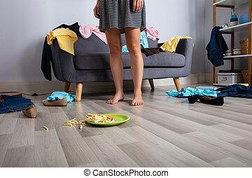 Una mujer en un cuarto desordenado