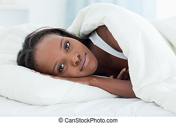 Una mujer encantada despertando