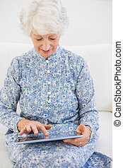 Una mujer enfocada usando una tabla digital