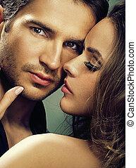 Una mujer fabulosa con su hombre serio