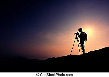 Una mujer fotógrafa tomando fotos