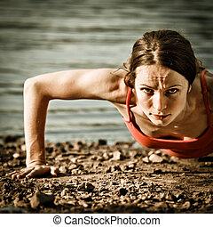 Una mujer fuerte haciendo flexiones