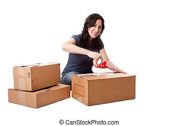 Una mujer grabando cajas de almacenamiento