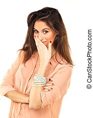 Una mujer hermosa cubre la boca con la mano