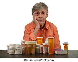 Una mujer mayor con medicamentos