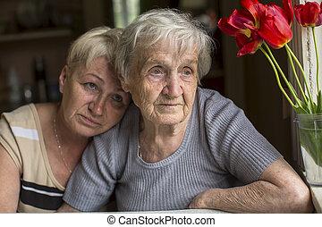 Una mujer mayor con su hija adulta