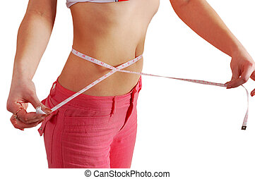 Una mujer midiendo su cintura con una cinta midiendo