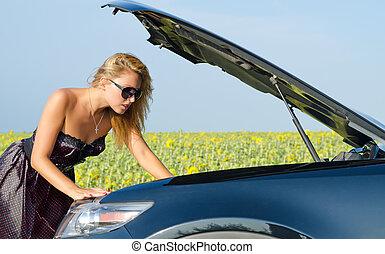 Una mujer mirando su automotor