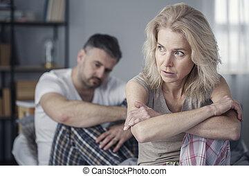 Una mujer molesta después de discutir