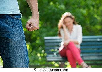 Una mujer molesta sentada en el banco