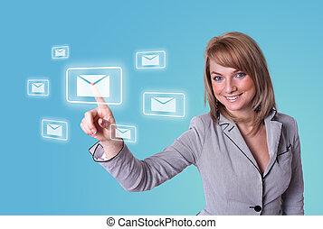 Una mujer presionando el icono del correo electrónico