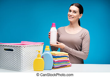 Una mujer que muestra plástico en la mesa blanca
