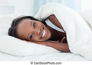 Una mujer radiante despertando