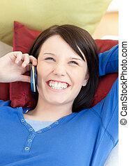 Una mujer radiante hablando por teléfono