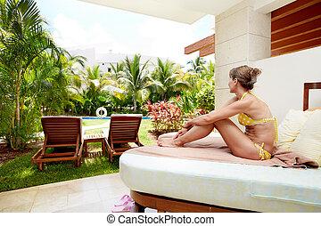 Una mujer relajada en el hotel Caribe.