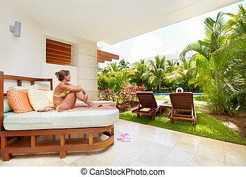 Una mujer relajante en el complejo caribbean.