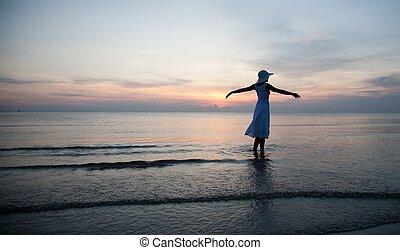 Una mujer relajante en la playa