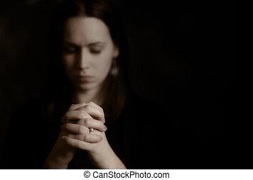 Una mujer rezando