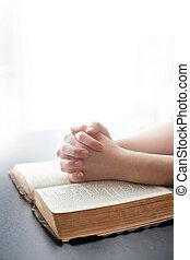 Una mujer rezando sobre fondo blanco