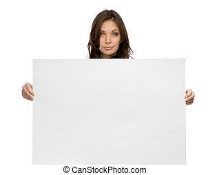 Una mujer seria que mantiene el espacio de copia