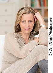 Una mujer seria y pensativa de mediana edad