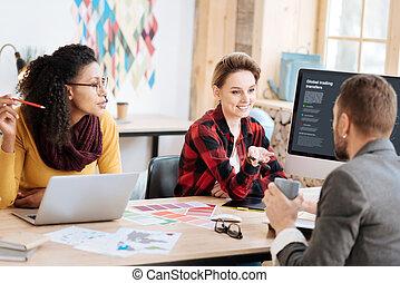 Una mujer sonriente informando resultados a su jefe