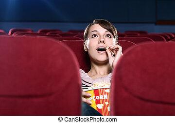 Una mujer sorprendida en el cine