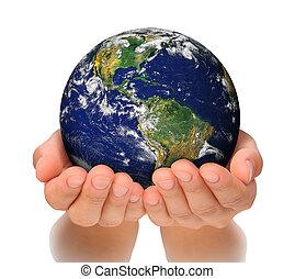 Una mujer sosteniendo el globo en sus manos, al sur y al norte de América