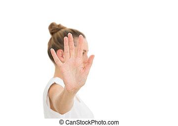 Una mujer sosteniendo su mano a la cámara