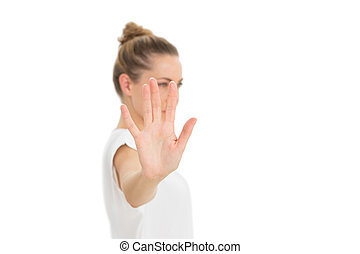 Una mujer sosteniendo su mano hacia la cámara