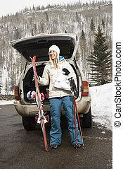 Una mujer va a esquiar.
