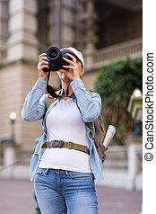 Una mujer viajera tomando fotos