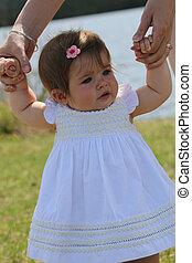 Una niña adorable al aire libre en Summer
