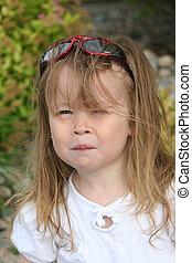 Una niña adorable al aire libre en verano
