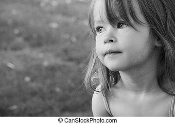 Una niña adorable que tomó cerca al aire libre en verano