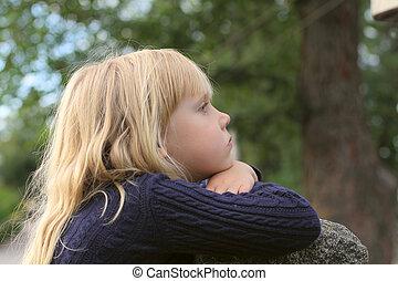 Una niña adorable que toma cerca al aire libre