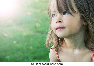 Una niña adorable tomada al aire libre en verano, con efecto luminoso