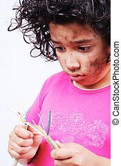 Una niña con cables eléctricos